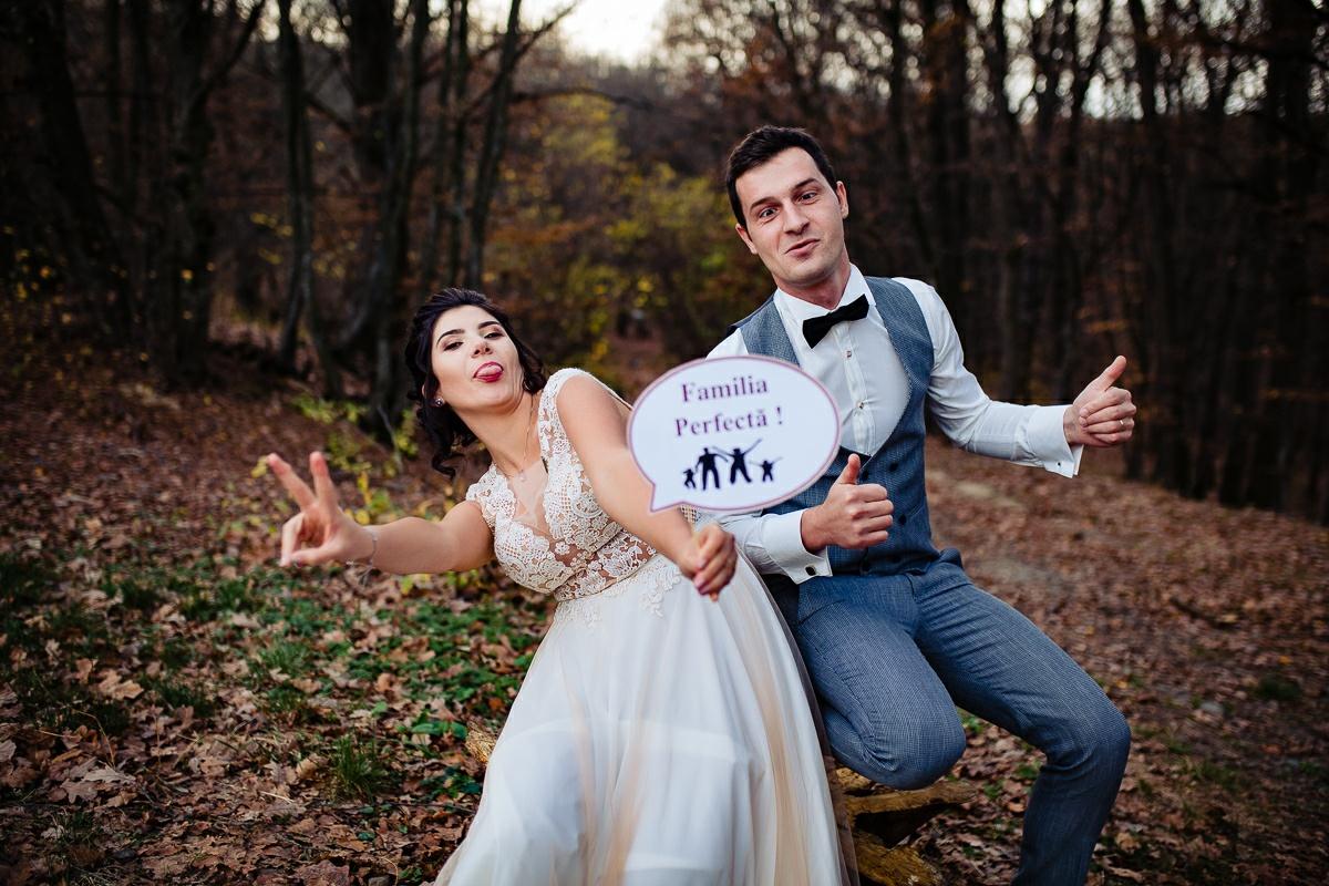 sedinta foto after wedding mirii se disteaza in natura mirii sunt dezinvolti